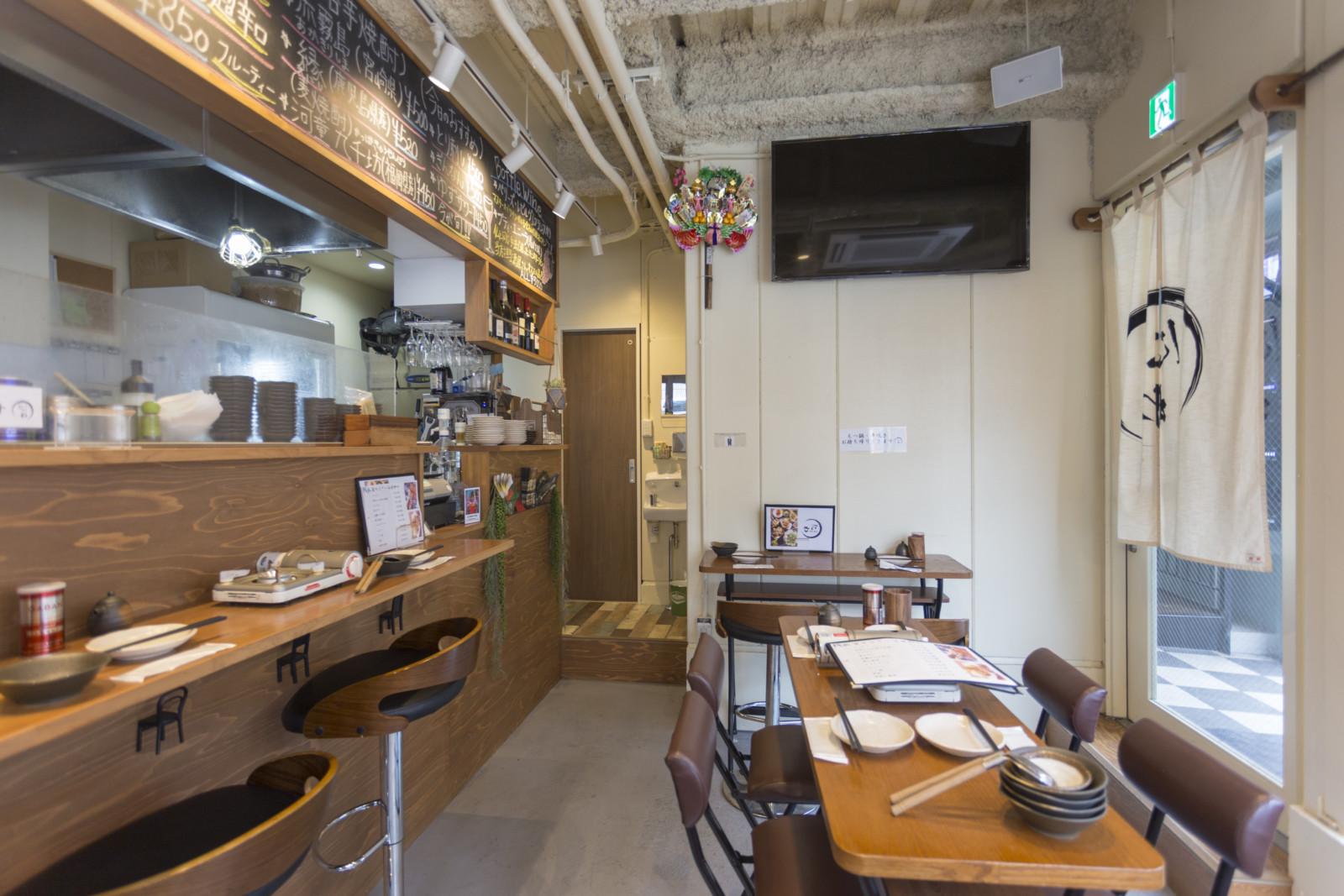 横浜の人気飲み屋街野毛で女性も入りやすいカフェ風居酒屋の店舗内装