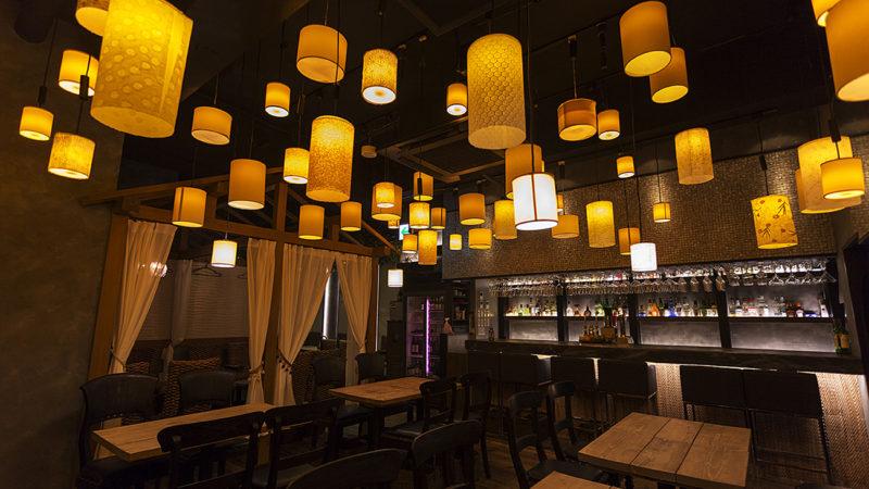 インスタ映えするランタンに照らされて幻想的なイメージのエスニック料理店の店舗内装【有楽町】