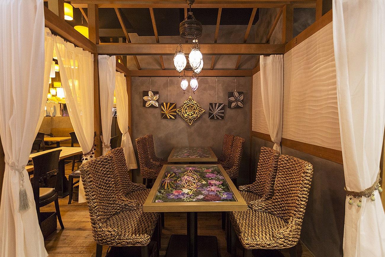 インスタ映えを意識したテーブル内に花を装飾と壁掛け